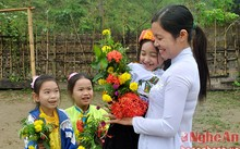 Học sinh Trường Tiểu học Tam Quang 2, Tam Quang, Tương Dương hái tặng cô giáo một bó hoa dại của núi rừng