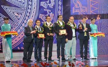 Anh Đỗ Trần Anh (người cầm cúp Nhân tài Đất Việt, đứng thứ 3 từ phải sang) cùng đồng nghiệp và nhóm tác giả đồng giải Ba được vinh danh