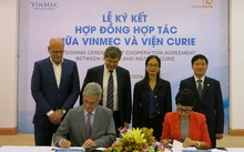 GS Alain Fourquet – GĐ chuyên môn Viện Curie và bà Lê Thúy Anh – Phó TGĐ thường trực Hệ thống Y tế Vinmec ký kết hợp tác