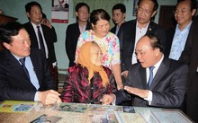 Thủ tướng thăm và tặng quà mẹ Việt Nam anh hùng Nguyễn Thị Hân. Ảnh: Đ.Phương