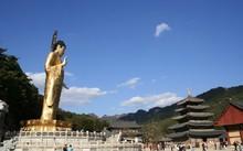 Chùa Beopjusa nổi tiếng bởi tượng Phật Di Lặc với tư thế đứng chiều cao 33 mét