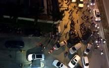 Hàng loạt xe ô tô phải đỗ ngay lối ra vào chỗ gửi xe của tòa nhà Hồ Gươm Plaza. Ảnh: Minh Thư