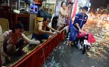 Dân Sài Gòn chống chọi với mưa ngập trái mùa