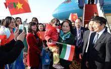 Bà con Việt kiều tại Hungary chào đó Chủ tịch Quốc hội Nguyễn Thị Kim Ngân tại sân bay