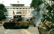 Đội hình hỗn hợp xe tăng T-54 (giữa) và 2 chiếc xe bọc thép chở quân K-63 ngay trước cổng Dinh Độc Lập ngày 30/4. K-63 là loại xe bọc thép do Trung Quốc sản xuất, viện trợ cho ta. Nguồn ảnh: Tư liệu