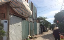 Một hình thức xây nhà không phép phổ biến ở xã Bình Hưng, huyện Bình Chánh: Tôn che chắn bên ngoài ngụy trang, còn bên trong tường gạch, cột bêtông cứ thế... mọc lên thành nhà. Ảnh: PV