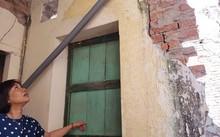 Người dân chỉ vị trí nhà vệ sinh chung bị công trình trái phép xây chồng lên
