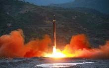 Tên lửa Hwasong-12 được Triều Tiên phóng hồi cuối tuần trước. Ảnh: Yonhap