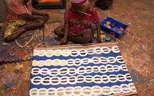 Một nghệ nhân thổ dân Australia đang tạo nên tác phẩm của mình. (Nguồn: Bluethumb)