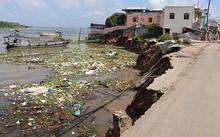 Sạt lở bờ sông Vàm Nao khiến hơn 100 hộ dân ở xã Mỹ Hội Đông phải sơ tán khẩn cấp. Ảnh: A.X