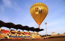 Rải tiền từ khinh khí cầu để quảng bá sách và 'truyền cảm hứng làm giàu...'