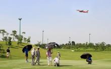 Khách chơi golf trong khi máy bay lên xuống liên tục tại sân bay Tân Sơn Nhất (Ảnh: Báo Tuổi trẻ)