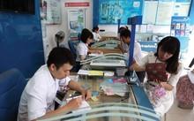 Đăng ký sim điện thoại di động tại một quầy giao dịch của VinaPhone trên phố Huỳnh Thúc Kháng (Hà Nội). Ảnh: Đức Thanh
