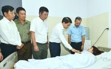 Chủ tịch UBND TP Hà Nội Nguyễn Đức Chung thăm hỏi, động viên công nhân Trần Thị Thanh. Ảnh: Anh Quý