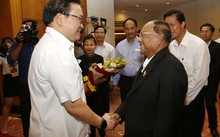 Ủy viên Bộ Chính trị, Bí thư Thành ủy Hà Nội Hoàng Trung Hải bắt tay Chủ tịch danh dự Đảng nhân dân Campuchia, Chủ tịch Quốc hội Vương quốc Campuchia, Chủ tịch Hội đồng Quốc gia Mặt trận Đoàn kết Phát triển Tổ quốc Campuchia, Samdech Heng Samrin (Ảnh: Viế