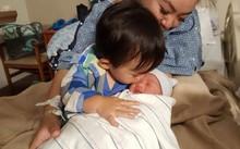 Cậu con trai lớn của Xuân Mai tỏ ra rất yêu quý em mới sinh