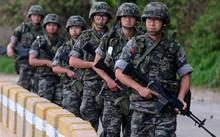 Lính Hàn Quốc tuần tra bờ biển. Ảnh: Reuters.