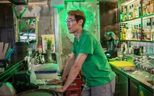 Monte Haines làm việc tại một nhà hàng ở Seoul sau khi bị chính quyền Mỹ trục xuất về nước. (Nguồn: NYT)