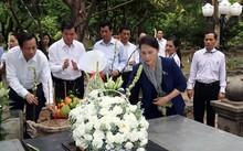 Chủ tịch Quốc hội Nguyễn Thị Kim Ngân dâng hương tưởng niệm các anh hùng liệt sĩ tại Nghĩa trang Hàng Dương, Côn Đảo. Ảnh: Cổng TTĐT Quốc hội