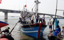 Tàu cá gặp nạn do cửa biển Cửa Tùng bị bồi lấp nghiêm trọng. (Ảnh: Ngọc Vũ)