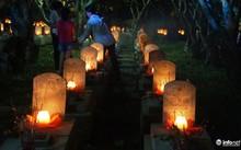 Những ngọn nến, bông hoa được dâng lên phần mộ các anh hùng, liệt sỹ