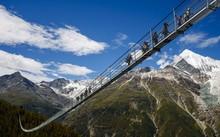 Cây cầu treo Europabruecke nối giữa ngôi làng Zermatt và Graechen ở Randa, Thụy Sĩ.