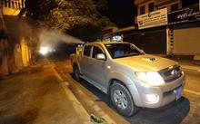 Rạng sáng 4/8, chiếc xe chuyên dụng len lỏi khắp ngõ phố của phường Vĩnh Hưng (quận Hoàng Mai, Hà Nội) để phun thuốc diệt muỗi