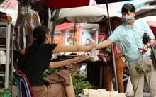 Công nhân KCN Thăng Long (Hà Nội) đi chợ. Ảnh: HẢI NGUYỄN