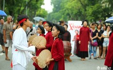 Độc đáo gánh hát Xoan nhí biểu diễn giữa phố đi bộ