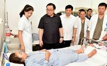 Bí thư Thành ủy Hà Nội Hoàng Trung Hải và Thứ trưởng Bộ Y tế Nguyễn Thanh Long thăm bệnh nhân SXH tại bệnh viện Thanh Nhàn. Ảnh: Gia Huy