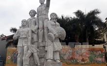 Bức tượng gãy đổ (nhỏ) nằm trong cụm tượng gồm 5 bức. (Ảnh: Bùi Đức Hiếu/TTXVN)
