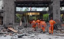 Nhân viên cứu hộ làm nhiệm vụ tại tòa nhà bị sập do động đất tại Tứ Xuyên ngày 9/8. (Nguồn: THX/TTXVN)
