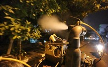 Xe phun thuốc diệt muỗi chuyên dụng của Trung tâm y tế dự phòng Hà Nội trong đêm khuya