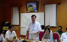 Ông Trương Quý Dương (người đứng) chính thức bị Sở Y tế tỉnh Hòa Bình cách chức