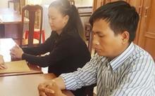 Hai nhân viên nhà mạng dỏm tại cơ quan công an. Ảnh: Phúc Hưng