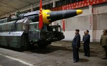 Lãnh đạo CHDCND Triều Tiên Kim Jong-un thị sát tên lửa Hwasong-12