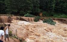 Mưa lũ khiến mực nước sông Ba Chẽ dâng cao. (Ảnh: Văn Đức/TTXVN)