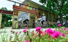 Tại xã Khai Thái, đường hoa mười giờ dài 1 km mới được trồng cách đây 2 tháng nhưng đã nở rộ, làm tô điểm cho vẻ đẹp của con đường qua trung tâm xã
