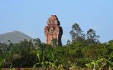 Tháp Cánh Tiên nhô lên giữa trời xanh