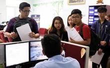 Tân sinh viên làm thủ tục nhập học ĐH Kinh tế - Luật TP.HCM. (Ảnh: Phương Linh)