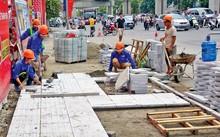 Thi công lát đá tự nhiên cho vỉa hè trên đường Nguyễn Trãi, quận Thanh Xuân, Hà Nội - Ảnh: Lê Tươi