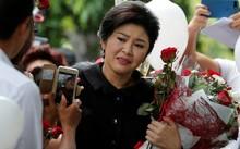 Cựu thủ tướng Thái Lan Yingluck Shinawatra khóc khi nhận hoa của những người ủng hộ