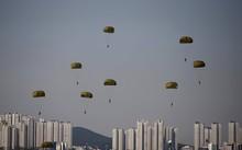 Lính dù Hàn Quốc trong một cuộc biểu diễn (Ảnh: REUTERS)