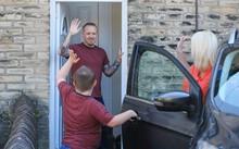 Claire và con trai chào tạm biệt David để đi về nhà riêng