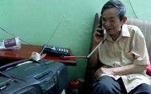 Ông Bính trò chuyện với bạn bè qua điện thoại