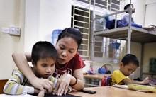 Điều đầu tiên phải dạy cho các em các cầm bút viết chữ nổi như thế nào cho đúng...