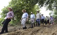 Đoàn Đại sứ quán Mỹ và chính quyền Quảng Nam trực tiếp khảo sát nơi có voi ở. Ảnh: Nguyễn Đông