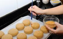 """các bậc phụ huynh có thể đưa các bé đến sự kiện """"Làm bánh trông trăng"""" để học làm bánh dẻo bánh nướng"""