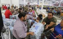 Người dân Florida (Mỹ) mua nước sạch tích trữ