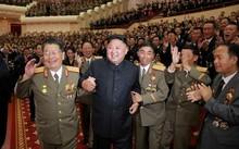 Nhà lãnh đạo Triều Tiên Kim Jong Un trong buổi lễ ngày10/9 chúc mừng các nhà khoa học hạt nhân có đóng góp trong vụ thử bom H. Ảnh: Reuters
